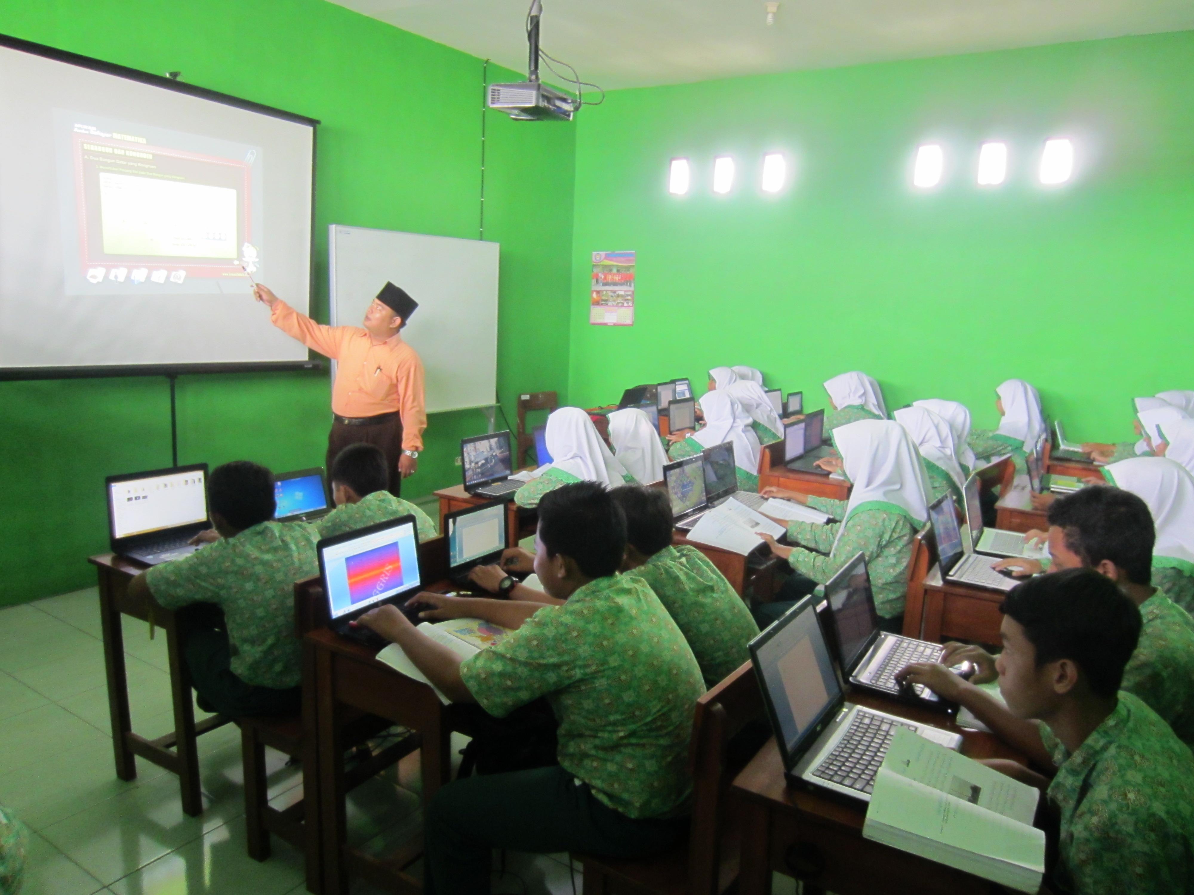 Kelas Percontohan - Kelas yang menggunakan sistem pembelajaran E-Learning dengan fasilitas kelas yang ber-AC
