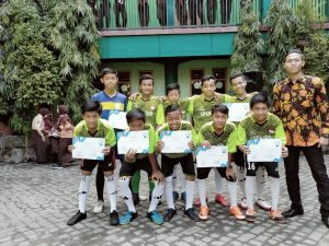 WhatsApp Image 2020 01 13 at 11.33.25 300x225 - MTs. Wachid Hasyim Surabaya, Raih Juara 2 Turnamen Futsal